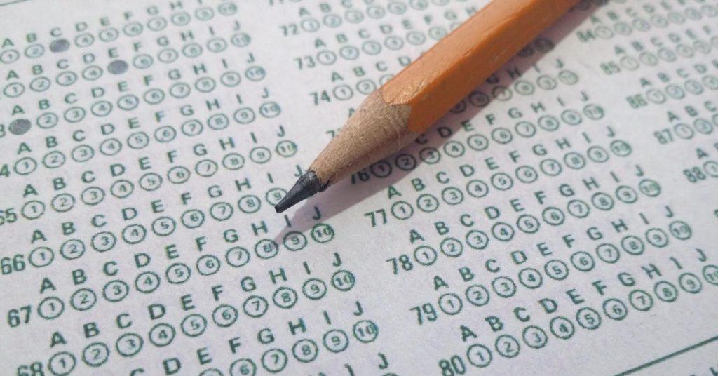 lápis sob uma folha de respostas