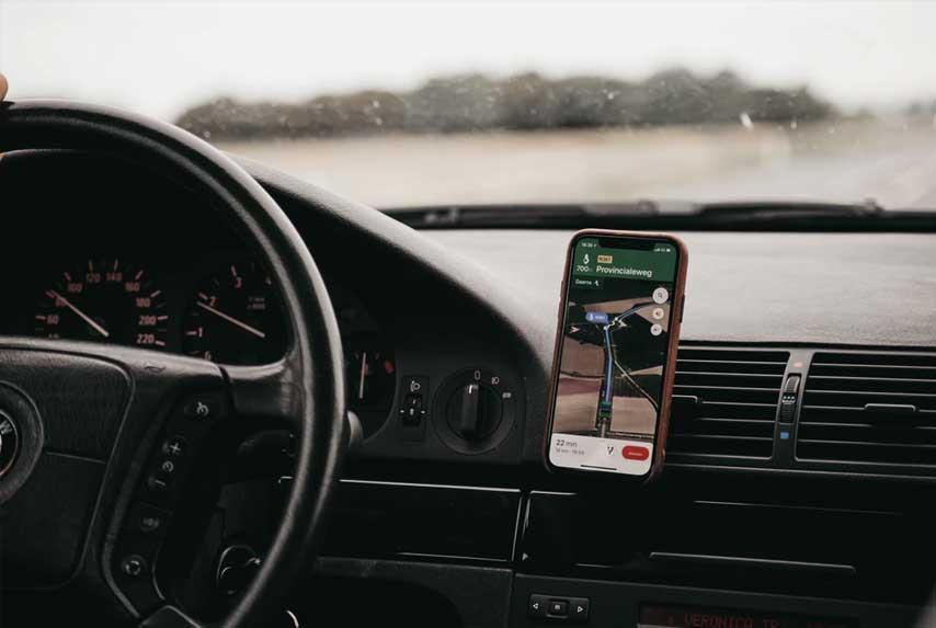 Carro sendo guiada por aplicativo de mapa