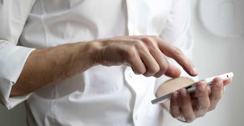 pessoa usando wifi do smartphone