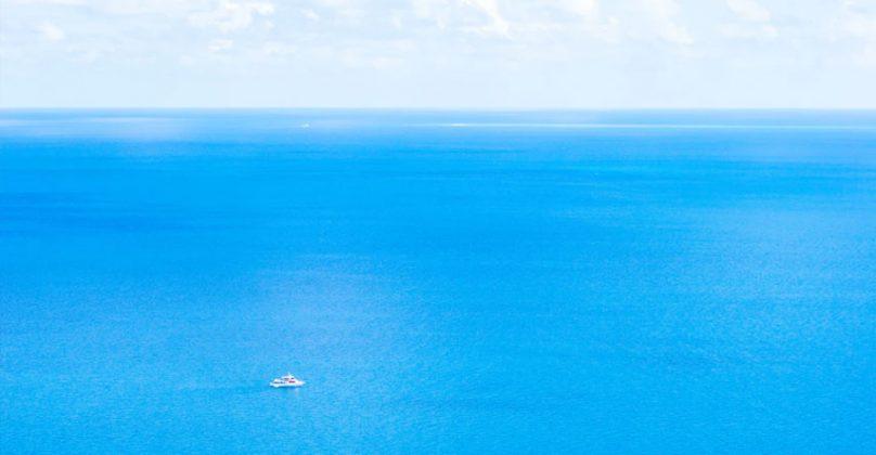 barco na grande barreira de coral