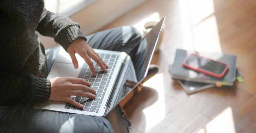 mulher pesquisando no computador