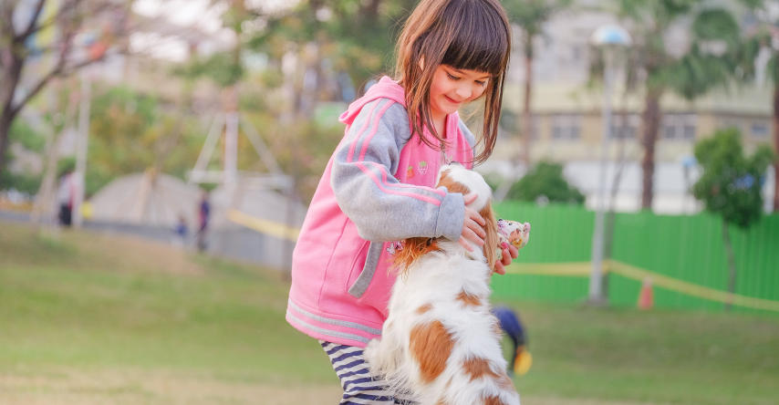 criança com cachorro de estimação