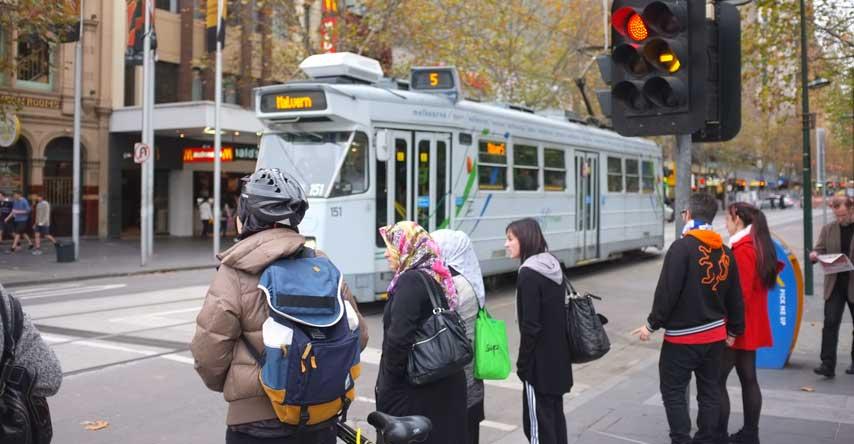 coronavírus na austrália: pessoas nas ruas de Melbourne