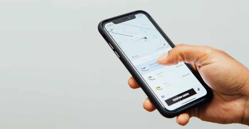 celular com o aplicativo do uber aberto procurando por uma corrida
